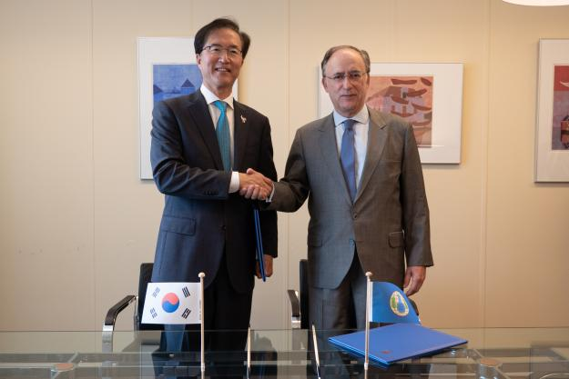 OPCW Director-General, H.E. Mr Fernando Arias, and the Republic of Korea's Permanent Representative to the OPCW, H.E. Ambassador Yun-young Lee