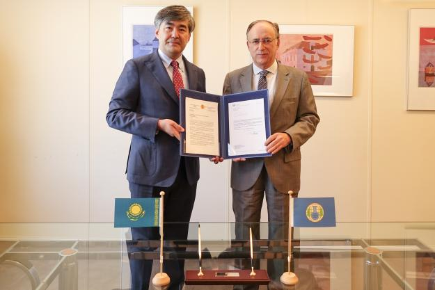 OPCW Director-General, H.E. Mr Fernando Arias, and the Permanent Representative of Kazakhstan to the OPCW, H.E. Ambassador Magzhan Ilyassov as Kazakhstan contributes €10,000 to the future OPCW Centre for Chemistry and Technology