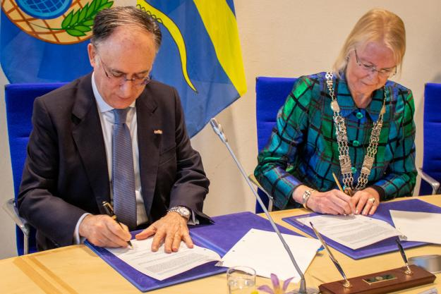 The Director-General of the Organisation for the Prohibition of Chemical Weapons (OPCW), H.E. Mr Fernando Arias, and the Mayor of Pijnacker-Nootdorp, H.E. Mrs Francisca Ravestein, signed the land purchase agreement and the deed of transfer for the plot of land upon which the OPCW will construct its new Centre for Chemistry and Technology (ChemTech Centre).