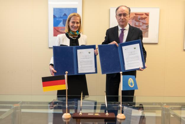 Director-General of the OPCW, H.E. Mr Fernando Arias, and the Permanent Representative of Germany to the OPCW, H.E. Ambassador Christine Weil