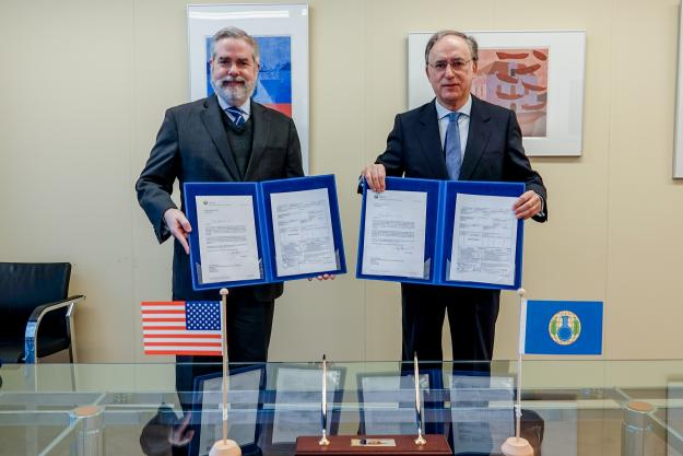 H.E. Mr. Joseph Manso, Ambassador Extraordinary and Plenipotentiary of the United States of America and Permanent Representative to the OPCW, and H.E. Mr. Fernando Arias, Director-General of the OPCW