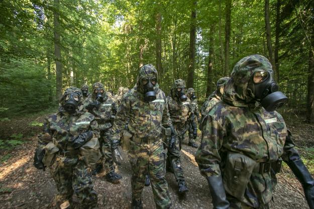 Course participants receive training on dealing with incidents involving chemical weapons, at the Swiss Basic Course on Assistance and Protection