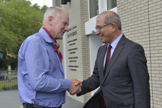 OPCW Director-General Ahmet Üzümcü greets Dr Åke Sellström, head of the UN Inspection Team to Syria, upon the team's return to The Hague. Photo: Henry Arvidsson