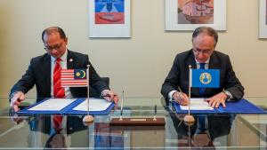 Dr Mohd Norhisyam Mohd Yusof, Chargé d'Affaires a.i. of the Permanent Representation of Malaysia to the OPCW and H.E. Mr Fernando Arias, OPCW Director-General