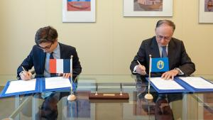 H.E. Mr Luis Vassy, Permanent Representative of the French Republic to the OPCW, and H.E. Mr Fernando Arias, Director-General of the OPCW